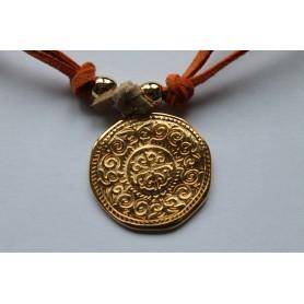 Gargantilla ante naranja doble con medallón y entrepiezas en latón con baño de oro