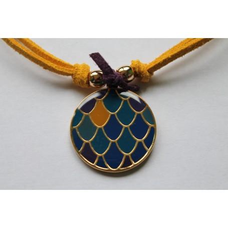 Gargantilla ante mostaza doble con medallón esmaltado y entrepiezas en latón con baño de oro