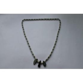 Collar largo cristal tonos verdes y tres piedras naturales irregulares verdes