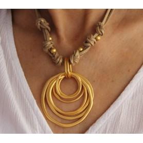 Gargantilla varias vueltas de ante camel con pieza círculos zamak con baño de oro