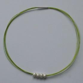 Gargantilla de hilos de acero en color verde fluor y perlas