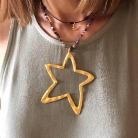 Gargantilla piedras naturales de colores con estrella XL de zamak con baño de oro