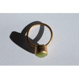 Anillo de bronce ajustable  con baño de oro y piedra natural ovalada verde