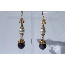 Pendiente lágrima doble bronce con baño de oro, piedra natural morada, perla y tres perlitas