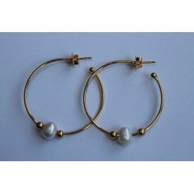 Aros abiertos de latón con baño de oro y perlas.