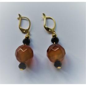 Pendiente bronce con baño de oro, piedra natural marrón y piedras pequeñas negras