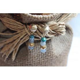 Pendiente latón baño de oro y tres piedras naturales en  tonos verdes y azules