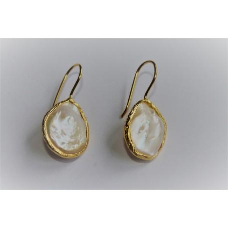 Pendiente bronce bañado en oro y perla agua con forma de lágrima