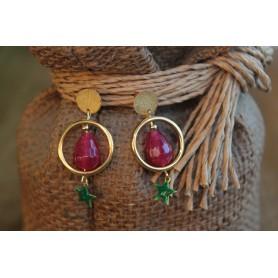 Pendiente pieza redonda latón con baño de oro, piedra natural granate y estrella esmalte verde