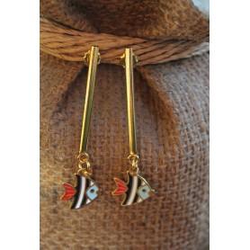 Pendientes pieza alargada latón con baño de oro y pez esmalte blanco azul, negro y rojo