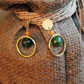 Pendientes pieza redonda de latón con baño de oro y piedras naturales, verde y mostaza